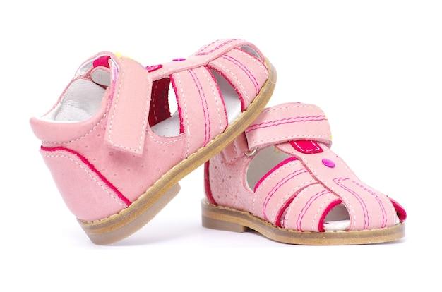 Roze kindersandalen geïsoleerd op wit