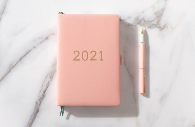 Roze koraalkleurige agenda voor het jaar 2021