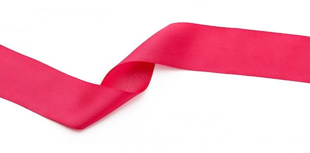 Roze krullend satijnlint dat op wit wordt geïsoleerd