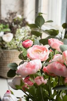 Roze kunstbloemen boeket