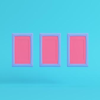 Roze lege frames op heldere blauwe achtergrond