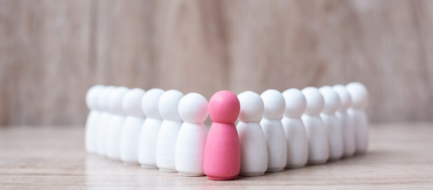 Roze leider houten van menigte van werknemers. mensen,