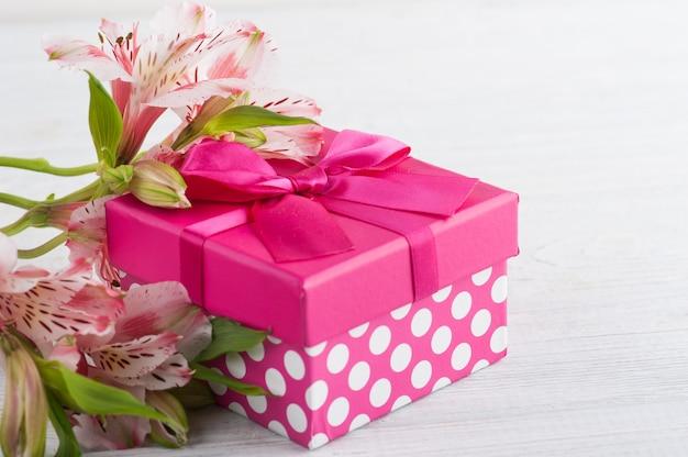 Roze lelie bloemen met geschenkdoos
