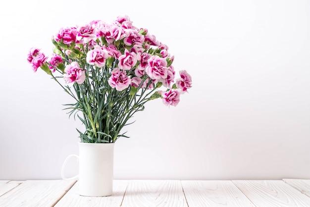 Roze lente bloem op hout