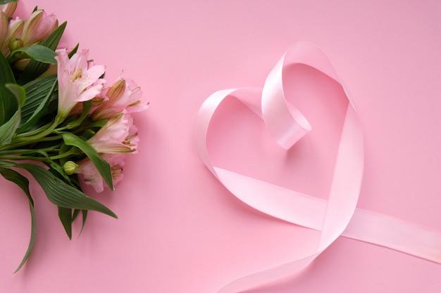 Roze lint in de vorm van een hart