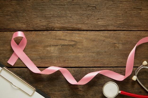 Roze lint op houten de voorlichtingsconcept als achtergrond van borstkanker