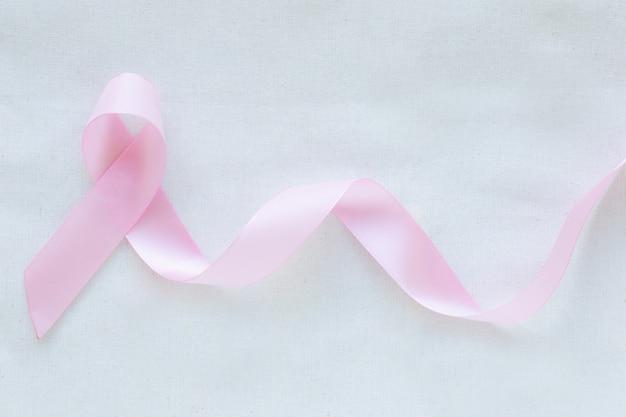 Roze lint op witte geïsoleerde achtergrond. borstkanker lint bewustzijn concept.