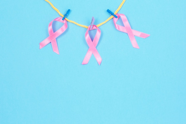 Roze linten opknoping op waslijn bevestigd met houten wasknijpers