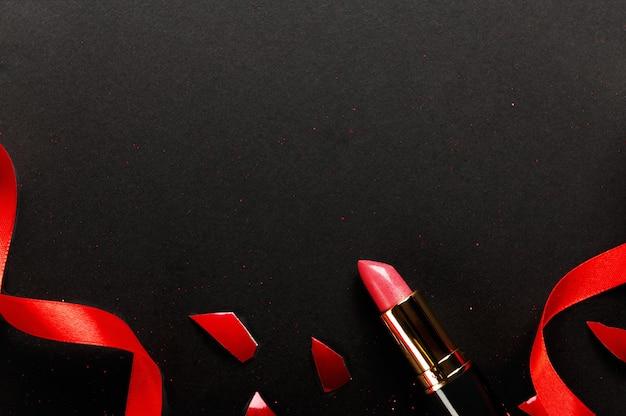 Roze lippenstift bovenaanzicht samenstelling. schoonheid industrie productconcept.