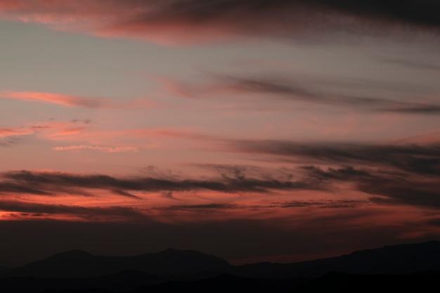 Roze lucht met witte katoenen wolken