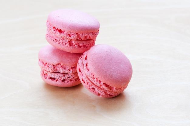 Roze macaron op houten achtergrond