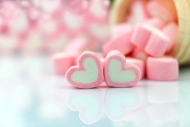 Roze marshmallow in hartvorm op tafel met kopie ruimte