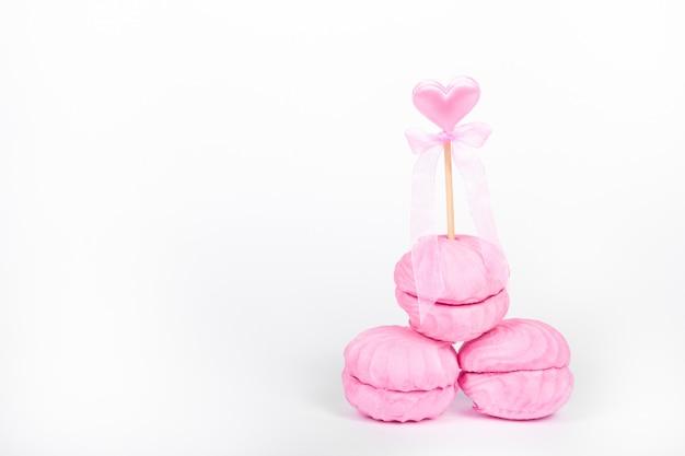 Roze marshmallows op een witte achtergrond.