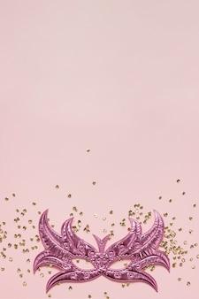 Roze masker en glitter kopie ruimte bovenaanzicht