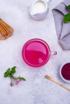 Roze matcha-thee van drakenfruit