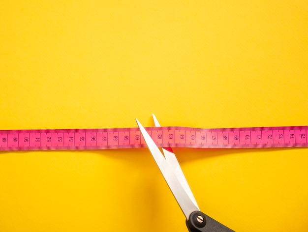 Roze meetlint geïsoleerd op geel
