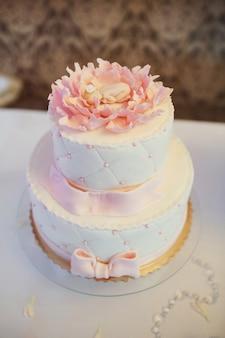 Roze moe taart versierd met roze glazuur
