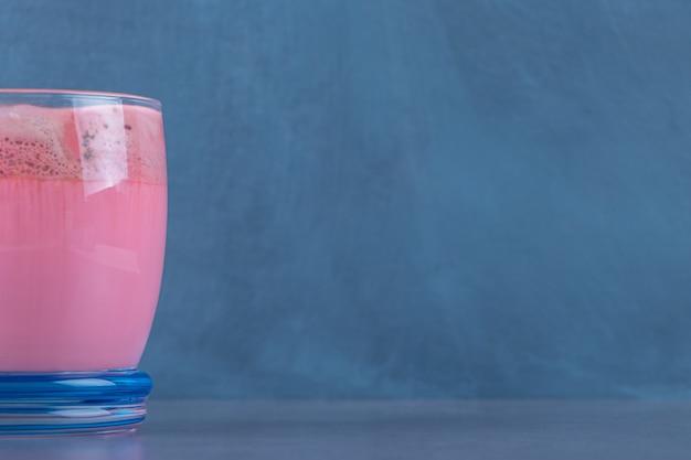 Roze mokka latte met melk, op de marmeren tafel.