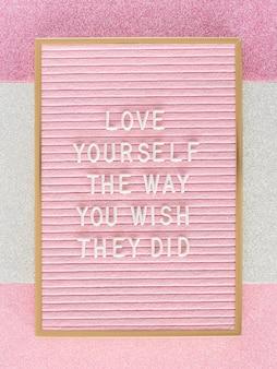 Roze motiverende tekstbord bovenaanzicht