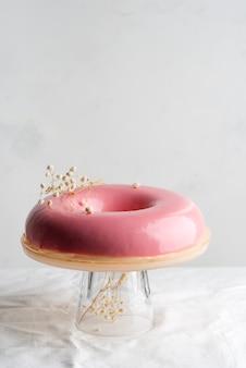 Roze mousse cake dessert op een tafel