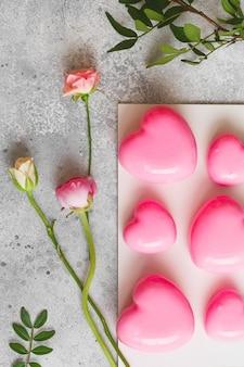 Roze mousse-dessert in de vorm van hartjes. moussecake voor valentijnsdag