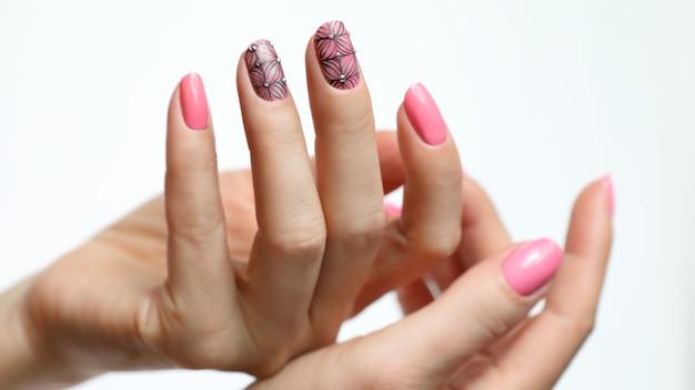 Roze nail art manicure