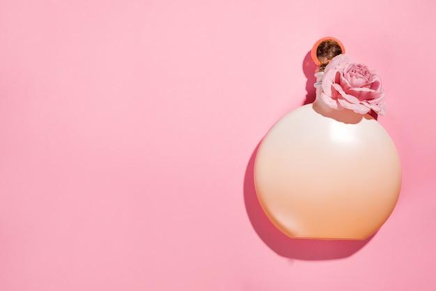 Roze natuurlijke cosmetische producten gel, lotion, serum of toner rozen op roze achtergrond
