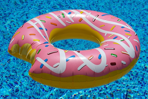 Roze opblaasbare donut drijvende matras in zwembad