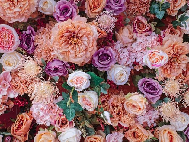 Roze oranje en witte bloemen versierd