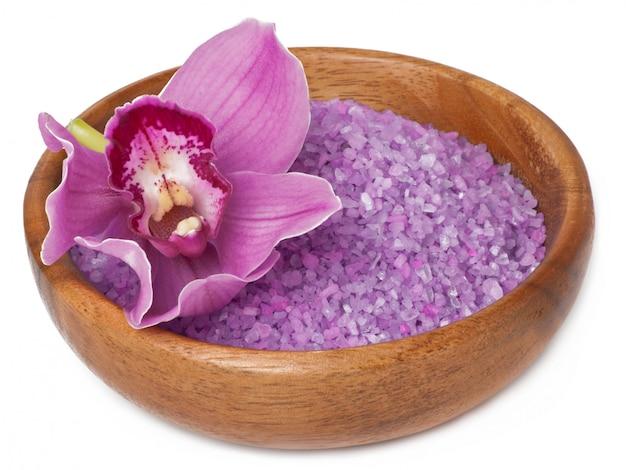 Roze orchideebloem en lavendelzout