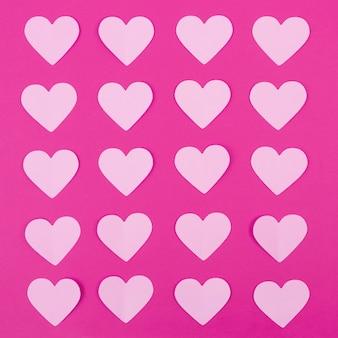 Roze papieren harten op magenta achtergrond