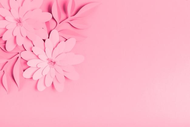 Roze papieren lentebloemen met kopie ruimte