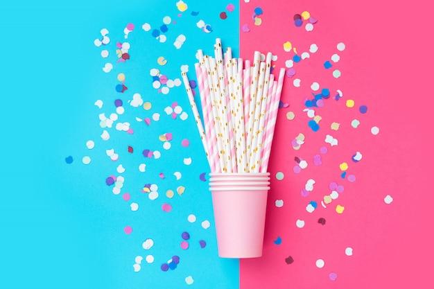 Roze papieren rietjes en roze bekers