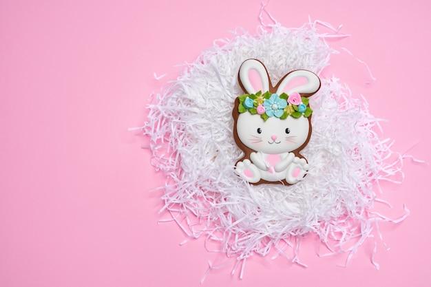 Roze pastel achtergrond met easter bunny cookie