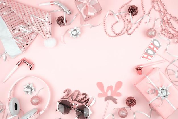 Roze pastel kerstversiering voor oudejaarsavond frame, op roze achtergrond