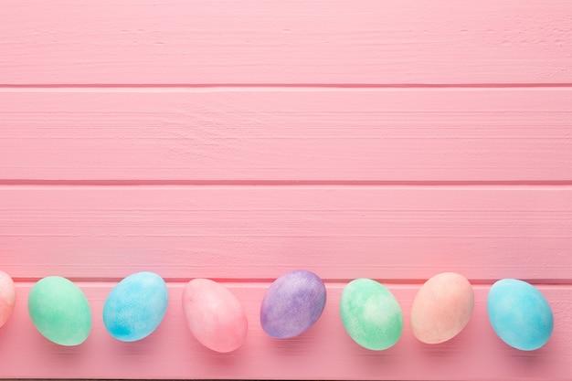 Roze pastel paaseieren achtergrond.
