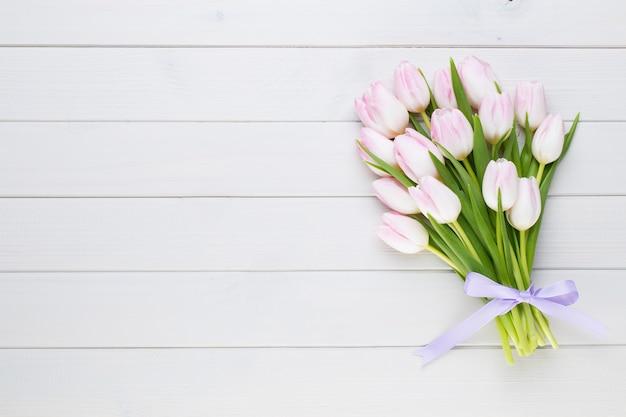 Roze pastelkleurentulp op het wit