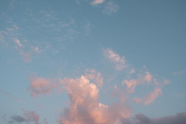 Roze pastelkleurwolk en blauwe pastelkleurhemel