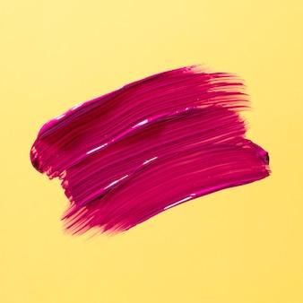 Roze penseelstreek met gele achtergrond