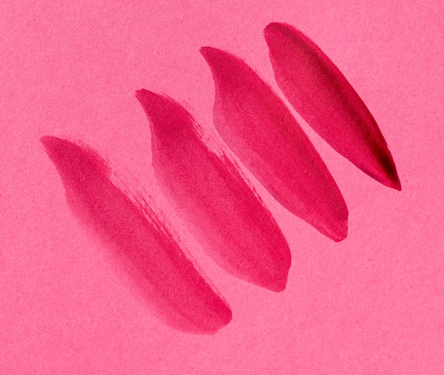 Roze penseelstreek op roze achtergrond