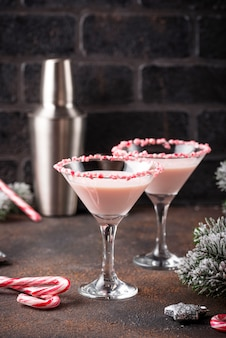 Roze pepermunt martini met candy cane rand