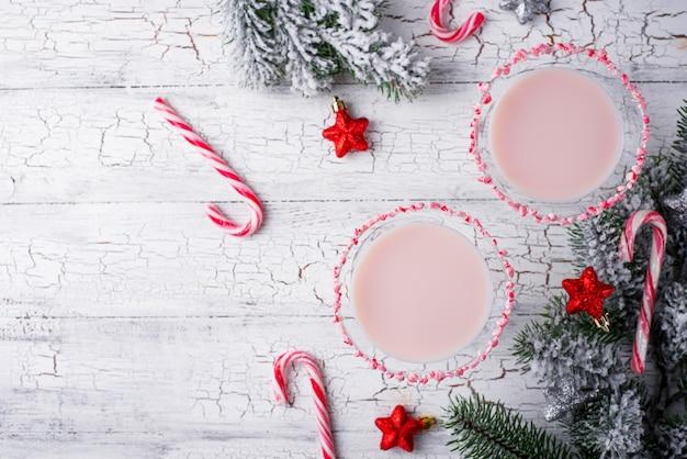 Roze pepermunt met rand van zuurstok. kerst cocktail