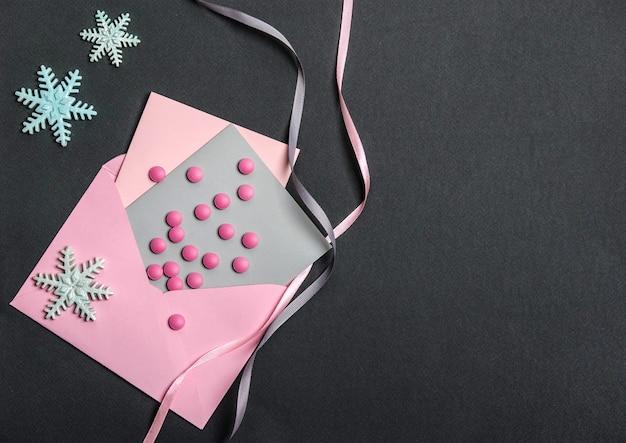 Roze pillen op de envelop met ansichtkaarten