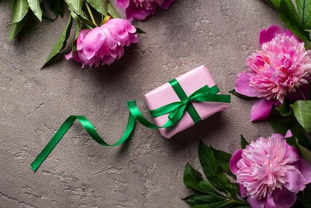 Roze pioen bloemen en geschenkdoos