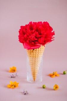 Roze pioen in ijs op roze met kleurrijke bloemen, kopie ruimte