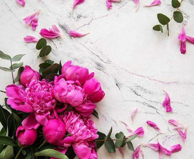 Roze pioenrozen op een marmeren achtergrond