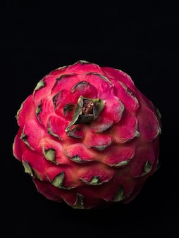 Roze pitaya passievrucht geïsoleerd op een zwarte