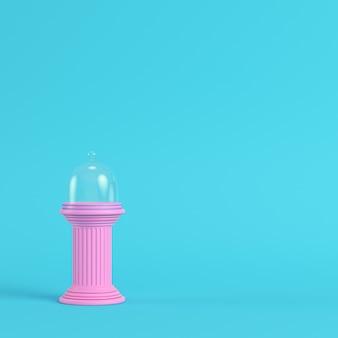 Roze plaat met glazen koepel op oude kolom helderblauwe achtergrond