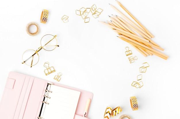 Roze planner met business briefpapier concept. platliggend, bovenaanzicht