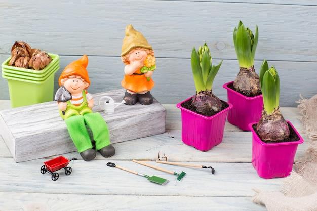 Roze plantenpotten, kabouters en gereedschap